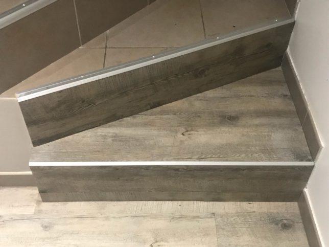 Pose sol PVC cliqué avec seuils en titane - Escalier - Maison en région Lyonnaise