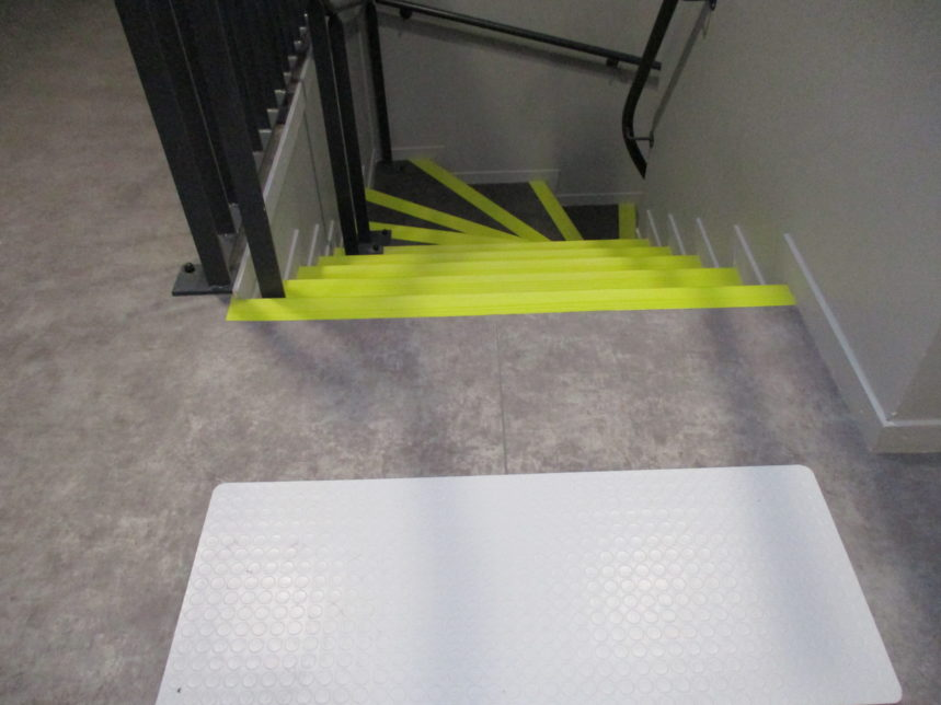 Pose de PVC soudé dans les vestiaires de l'école EM Lyon