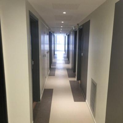 Saône PARK : Pose de sol PVC dans les couloirs par Hestia Finitions