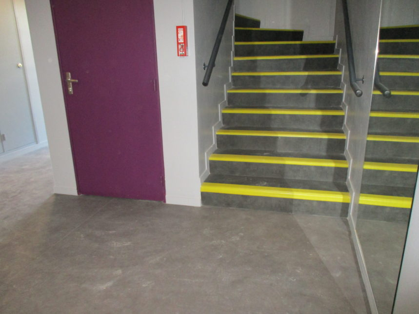 Pose de PVC hall d'entrée d'un logement et Pose de PVC dans les escaliers
